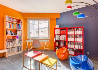 Décoration colorée de bureaux EAD à Neuilly, par Béatrice Elisabeth, Décoratrice UFDI à Neuilly et Paris : une bibliothèque colorée