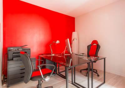 Décoration colorée de bureaux EAD à Neuilly par Béatrice Elisabeth, Décoratrice UFDI à Neuilly et Paris : un coin bureau rouge dynamique