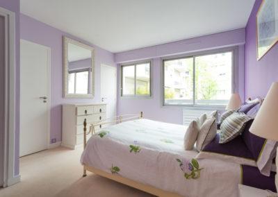 Décoration Appartement familial à Neuilly - La chambre violine et lumineuse, par Béatrice Elisabeth, Décoratrice UFDI à Neuilly et Paris