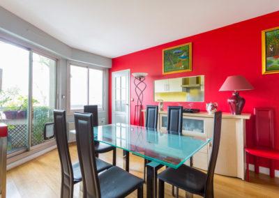 Décoration Appartement familial à Neuilly - La salle à manger au pan de mur rouge, par Béatrice Elisabeth, Décoratrice UFDI à Neuilly et Paris