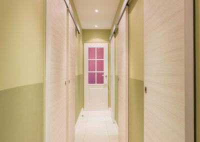 Décoration Appartement familial à Neuilly - Le couloir rythmé par ses portes coulissantes, par Béatrice Elisabeth, Décoratrice UFDI à Neuilly et Paris