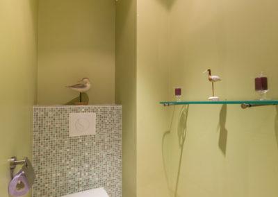 Décoration Appartement familial à Neuilly - Les toilettes avec mosaïque, par Béatrice Elisabeth, Décoratrice UFDI à Neuilly et Paris