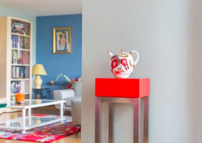 Décoration Appartement familial à Neuilly - Une petite selette rouge dans l'entrée, par Béatrice Elisabeth, Décoratrice UFDI à Neuilly et Paris