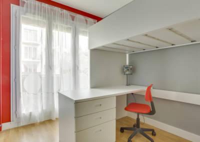 Décoration Chambre de garçon à Neuilly - Coin bureau avec literie mi-hauteur, par Béatrice Elisabeth, Décoratrice UFDI à Neuilly et Paris