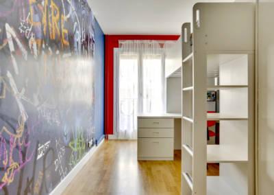 Décoration Chambre de garçon à Neuilly - Vue encadrement rouge pour la fenêtre, par Béatrice Elisabeth, Décoratrice UFDI à Neuilly et Paris