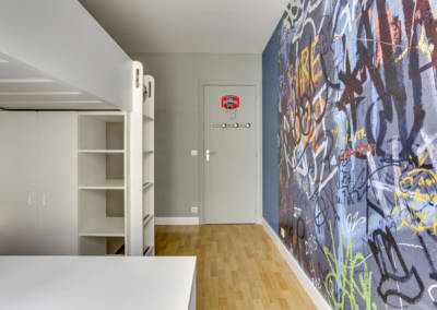 Décoration Chambre de garçon à Neuilly - Vue vers la porte, par Béatrice Elisabeth, Décoratrice UFDI à Neuilly et Paris