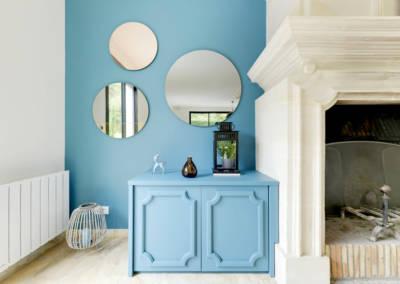 Décoration Maison à Marne la Coquette - La salon et son jeu de miroirs coté gauche de la cheminée, par Béatrice Elisabeth, Décoratrice UFDI à Neuilly et Paris