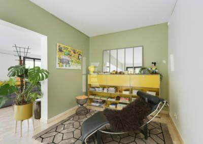 Décoration Maison à Marne la Coquette - Un petit salon le Corbusier aux touches de jaune et vert, par Béatrice Elisabeth, Décoratrice UFDI à Neuilly et Paris