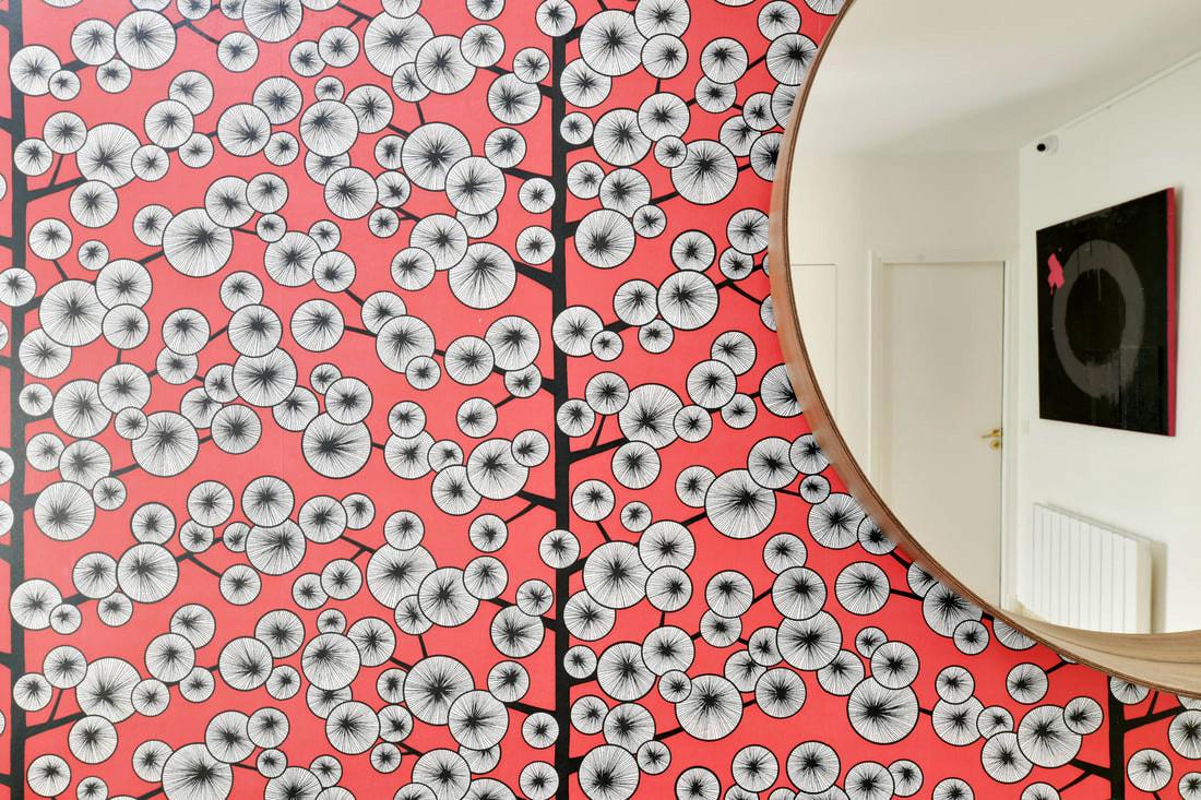 Décoration Maison à Marne la Coquette - Une entrée avec un papier peint rouge missprint, par Béatrice Elisabeth, Décoratrice UFDI à Neuilly et Paris