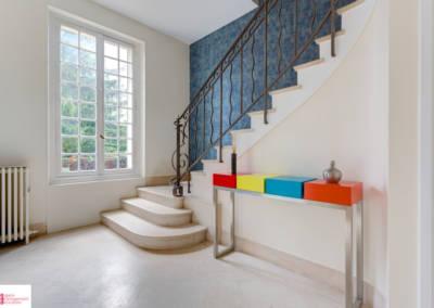 Décoration d'une maison à Garches - Entrée claire aux touches de couleurs, par Béatrice Elisabeth, Décoratrice UFDI à Neuilly et Paris