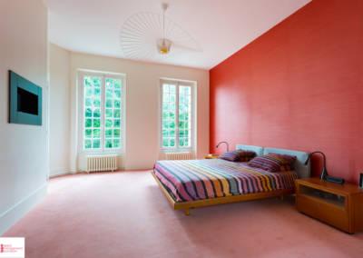 Décoration d'une maison à Garches - La chambre et son mur rouge, par Béatrice Elisabeth, Décoratrice UFDI à Neuilly et Paris