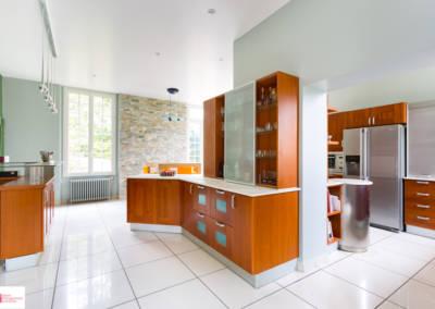Décoration d'une maison à Garches - La cuisine aux tons merisiers, pierre et verts, par Béatrice Elisabeth, Décoratrice UFDI à Neuilly et Paris