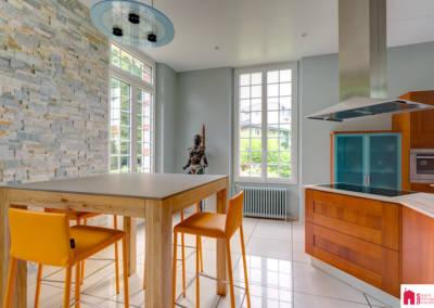 Décoration d'une maison à Garches - La cuisine aux tons merisiers, pierre et verts - Détail de la table, par Béatrice Elisabeth, Décoratrice UFDI à Neuilly et Paris