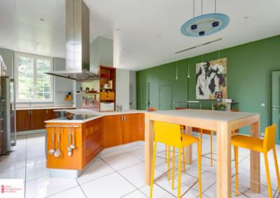 Décoration d'une maison à Garches - La cuisine, son ilôt et table, par Béatrice Elisabeth, Décoratrice UFDI à Neuilly et Paris