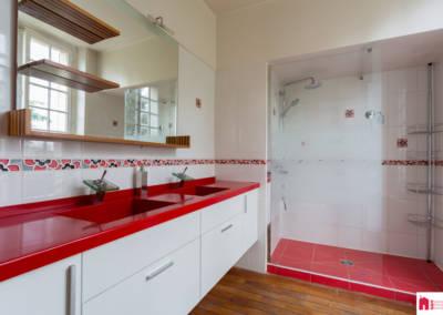 Décoration d'une maison à Garches - La salle de bain aux tons rouges, par Béatrice Elisabeth, Décoratrice UFDI à Neuilly et Paris