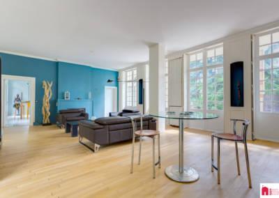 Décoration d'une maison à Garches - Le salon aux tons bleus et bois, par Béatrice Elisabeth, Décoratrice UFDI à Neuilly et Paris