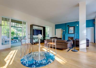 Décoration d'une maison à Garches - Le salon aux tons bleus et bois avec petit salon, par Béatrice Elisabeth, Décoratrice UFDI à Neuilly et Paris