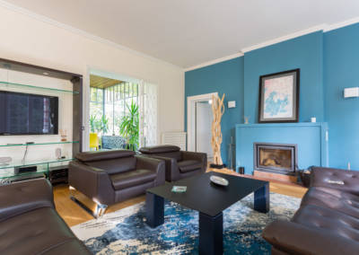 Décoration d'une maison à Garches - Le salon aux tons bleus et bois - table basse, par Béatrice Elisabeth, Décoratrice UFDI à Neuilly et Paris