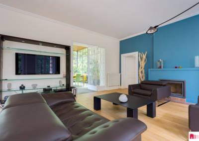 Décoration d'une maison à Garches - Le salon aux tons bleus et bois - vue de la télévision, par Béatrice Elisabeth, Décoratrice UFDI à Neuilly et Paris