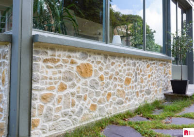 Décoration d'une maison à Garches - Parement de pierre Stone Art, par Béatrice Elisabeth, Décoratrice UFDI à Neuilly et Paris