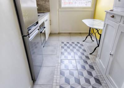 Rénovation appartement Paris 19ème - La cuisine - Le sol carrelé façon tapis, par Béatrice Elisabeth, Décoratrice UFDI à Neuilly et Paris