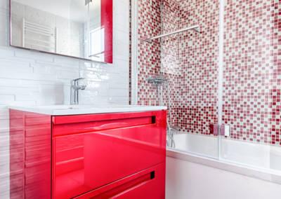 Rénovation appartement Paris 19ème - La salle de bain - Détail du meuble rouge de chez Lapeyre, par Béatrice Elisabeth, Décoratrice UFDI à Neuilly et Paris