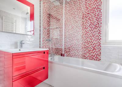 Rénovation appartement Paris 19ème - La salle de bain - Meuble rouge et paroi de douche pour la baignoire, par Béatrice Elisabeth, Décoratrice UFDI à Neuilly et Paris