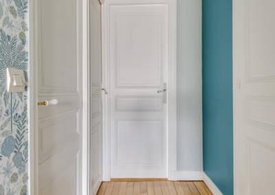 Visite conseil en décoration à Sartrouville - Le couloir au parquet éclairçi et de la couleur pour créer de la profondeur, par Béatrice Elisabeth, Décoratrice UFDI à Neuilly et Paris