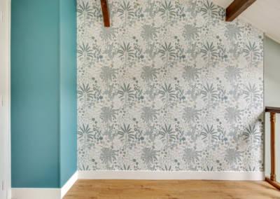 Visite conseil en décoration à Sartrouville - Le palier de l'étage et son papier peint feuillage, par Béatrice Elisabeth, Décoratrice UFDI à Neuilly et Paris
