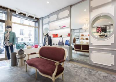 Décoration d'une boutique de chaussures à Issy les moulinaux par Béatrice Elisabeth, Décoratrice UFDI à Neuilly : banquette tissu Jab