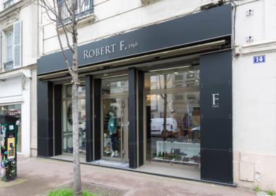 Décoration d'une boutique de chaussures à Issy les moulinaux par Béatrice Elisabeth, Décoratrice UFDI à Neuilly : Détails extérieurs de la vitrine