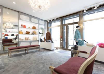 Décoration d'une boutique de chaussures à Issy les moulinaux par Béatrice Elisabeth, Décoratrice UFDI à Neuilly : vue de la vitrine vers l'entrée