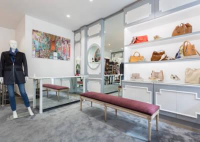 Décoration d'une boutique de chaussures à Issy les moulinaux par Béatrice Elisabeth, Décoratrice UFDI à Neuilly : Etagère, banquette et tableau