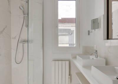 Rénovation appartement à Courbevoie - La salle de bain au carrelage marbré, par Béatrice Elisabeth, Décoratrice UFDI à Neuilly et Paris