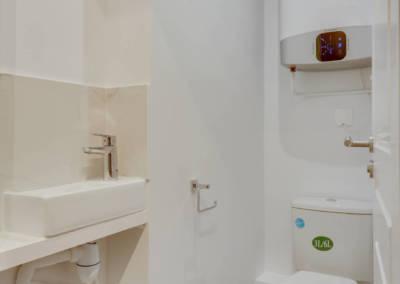 Rénovation appartement à Courbevoie - Les toilettes avec chauffe-eau extra plat, par Béatrice Elisabeth, Décoratrice UFDI à Neuilly et Paris