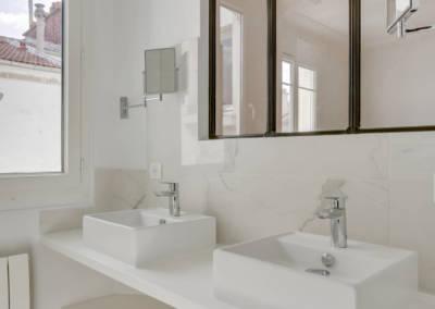 Rénovation appartement à Courbevoie - Vasques et miroirs effet verrière, par Béatrice Elisabeth, Décoratrice UFDI à Neuilly et Paris
