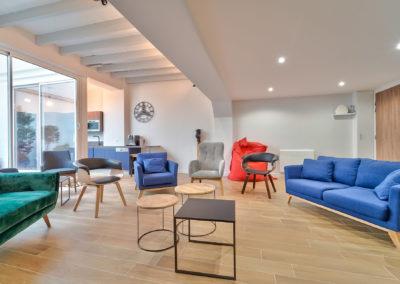 Espace de Formation Paris 12 - Le grand salon et ses variations de fauteuils, par Béatrice Elisabeth, Décoratrice UFDI à Neuilly et Paris