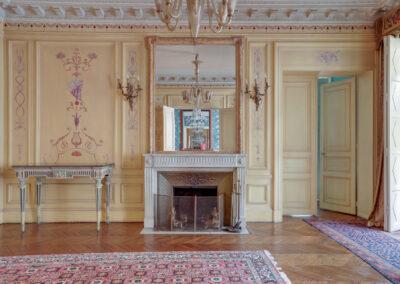 Appartement de style à Paris 7ème - Cheminée et miroir dans le grand salon avant travaux, par Béatrice Elisabeth, Décoratrice UFDI à Neuilly et Paris