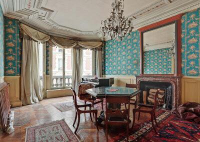 Appartement de style à Paris 7ème - Le salon de musique avec piano et balcon avant travaux, par Béatrice Elisabeth, Décoratrice UFDI à Neuilly et Paris