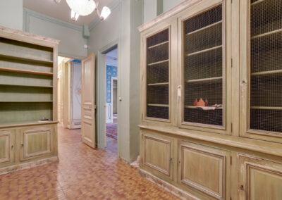 Appartement de style à Paris 7ème - la bibliothèque avec vue sur couloir avant travaux, par Béatrice Elisabeth, Décoratrice UFDI à Neuilly et Paris