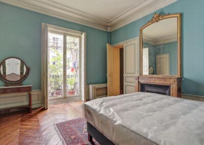 Appartement de style à Paris 7ème - la chambre avant travaux vers la fenetre, par Béatrice Elisabeth, Décoratrice UFDI à Neuilly et Paris