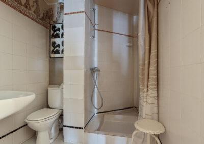 Appartement de style à Paris 7ème - la petite salle de bain avec douche avant travaux, par Béatrice Elisabeth, Décoratrice UFDI à Neuilly et Paris