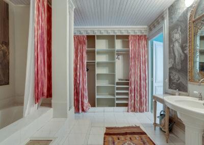 Appartement de style à Paris 7ème - la salle de bain avant travaux et les placards, par Béatrice Elisabeth, Décoratrice UFDI à Neuilly et Paris