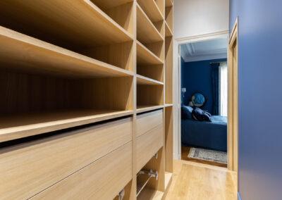 Appartement de style haussmannien à Paris 7ème - La chambre Master et son dressing agencé, par Béatrice Elisabeth, Décoratrice UFDI à Neuilly et Paris