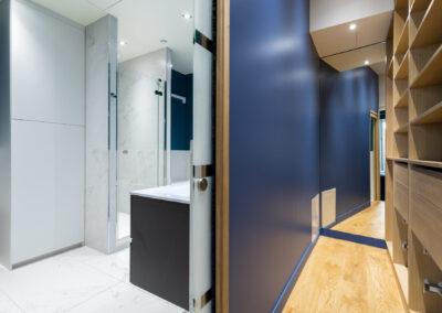 Appartement de style haussmannien à Paris 7ème - La chambre Master, son dressing agencé et la salle de bain, par Béatrice Elisabeth, Décoratrice UFDI à Neuilly et Paris