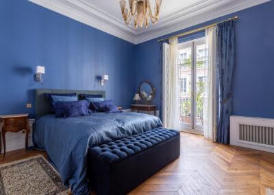 Appartement de style haussmannien à Paris 7ème - La chambre master aux tons bleus, par Béatrice Elisabeth, Décoratrice UFDI à Neuilly et Paris