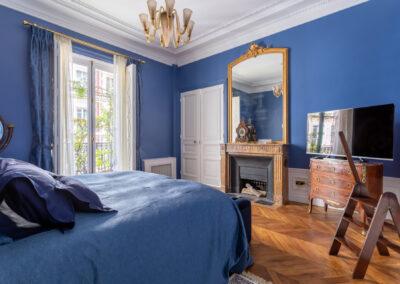 Appartement de style haussmannien à Paris 7ème - La chambre master aux tons bleus et or, par Béatrice Elisabeth, Décoratrice UFDI à Neuilly et Paris