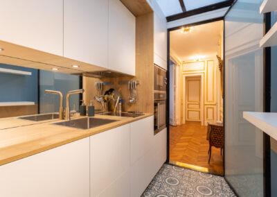 Appartement de style haussmannien à Paris 7ème - La cuisine avec vue sur le couloir, par Béatrice Elisabeth, Décoratrice UFDI à Neuilly et Paris