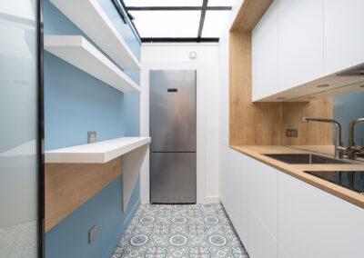 Appartement de style haussmannien à Paris 7ème - La cuisine et son frigo américain, par Béatrice Elisabeth, Décoratrice UFDI à Neuilly et Paris