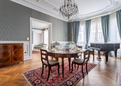Appartement de style haussmannien à Paris 7ème - La salle à manger et ses meubles de style, par Béatrice Elisabeth, Décoratrice UFDI à Neuilly et Paris